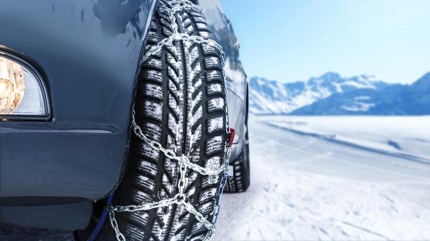 Des pneus neige montés avec des chaines