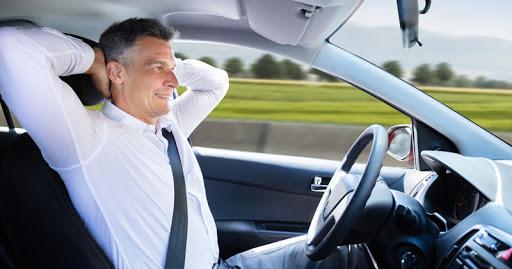 Un homme au volant de son véhicule autonome